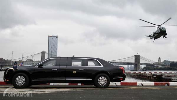 Gambar yang menunjukan mobil kepresidenan Amerika Cadillac Beast dengan helikopter