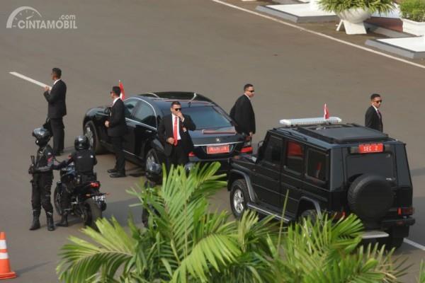 Gambar yang menunjukan rombongan Presiden Jokowi yang terhenti di jalan