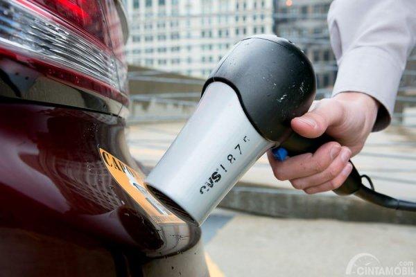 Gambar yang menunjukan pengemudi yang pengering rambut untuk memberikan panas