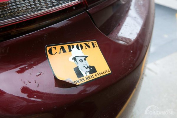 Gambar yang menunjukan stiker pada mobil berwarna merah