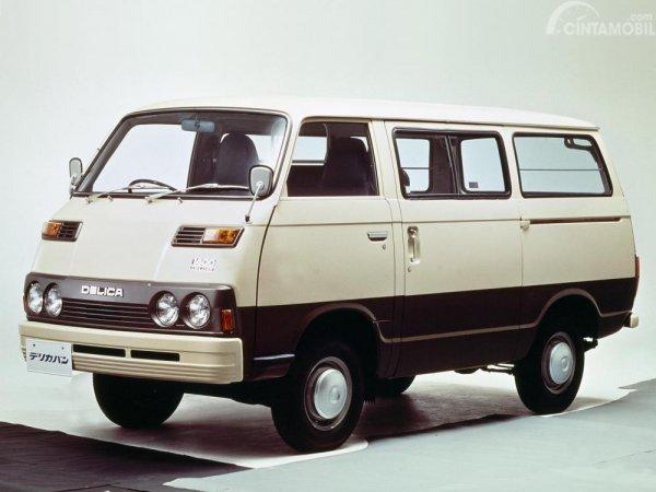 foto mobil Mitsubishi Colt T120 generasi pertama dilihat dari sisi depan