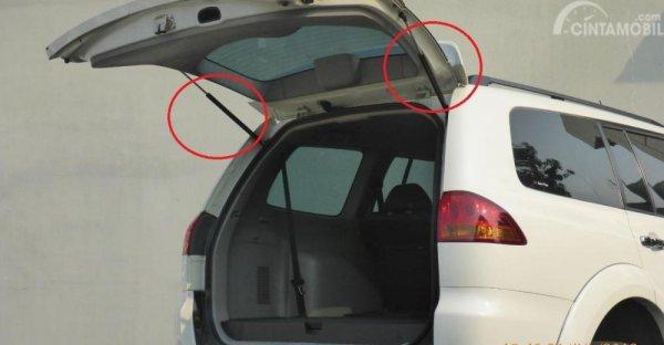 Gambar yang menunjukan bagian tailgate gas spring dari Mitsubishi Pajero Sport