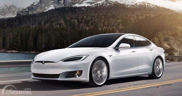 Gambar yang menunjukan mobil baru Tesla Model S berwarna putih