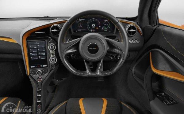 dashboard dan setir McLaren 720S GT3 2019 yang diperkirakan mirip seperti varian supercar-nya
