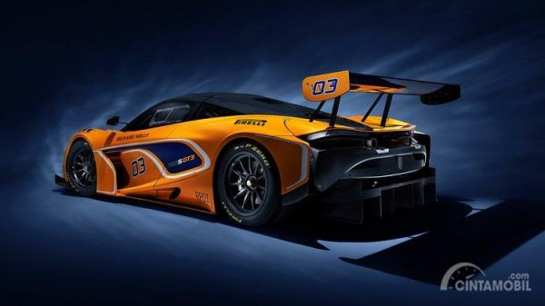 bagian belakang McLaren 720S GT3 2019 dengan stop lamp LED dan spoiler high-downforce