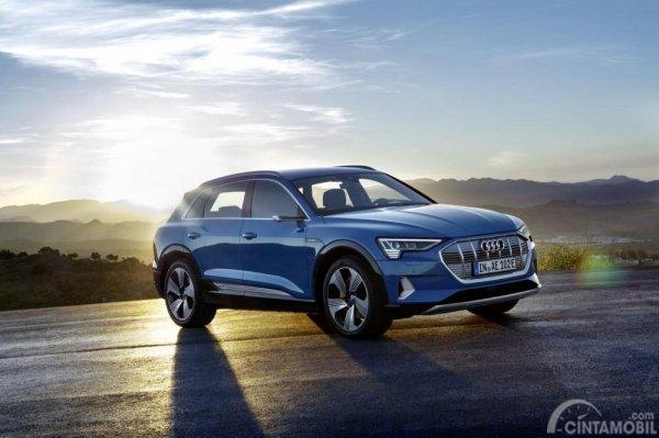 Gambar yang menunjukan bagian depan dari mobil baru Audi e-tron