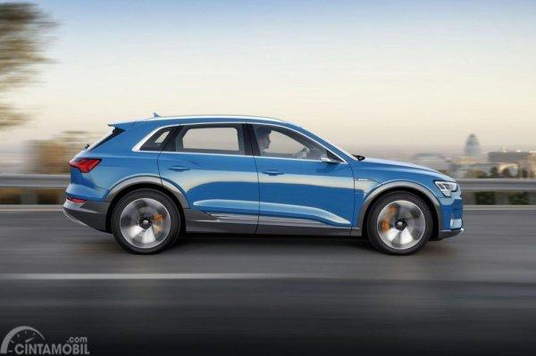 Gambar yang menunjukan bagian samping mobil baru Audi e-tron