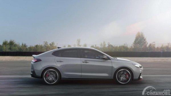 Tampak sebuah mobil Hyundai i30 N Fastback 2018