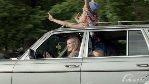 Gambar yang menunjukan pengemudi yang keluar dari sunroof
