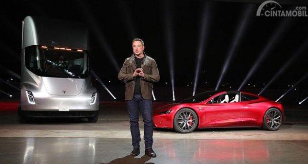 Tampak Tesla Sem-i Truck dan Tesla Roadster sedang dipresentasikan oleh Elon Musk