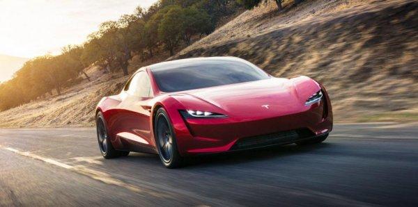 Tesla Roadster sedang melaju