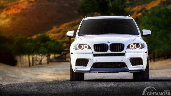 Gambar yang menunjukan foto mobil dari depan