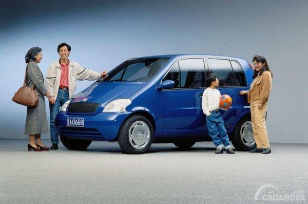 Gambar yang menunjukan mobil lawas Family Car China