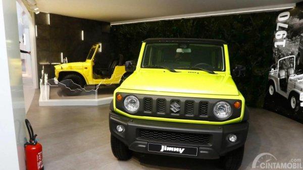 Gambar yang menunjukan mobil baru Suzuki Jimny dan LJ10