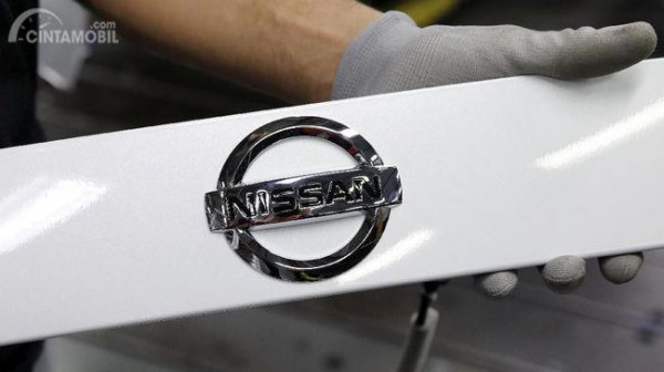 Gambar yang menunjukan plat Nissan berwarna putih