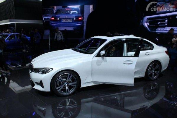 Gambar yang menunjukan mobil baru BMW Seri 3 320d di Paris Motor Show