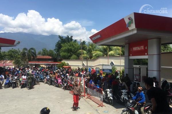 Gambar yang menunjukan warga Palu yang mengantre BBM di pom bensin