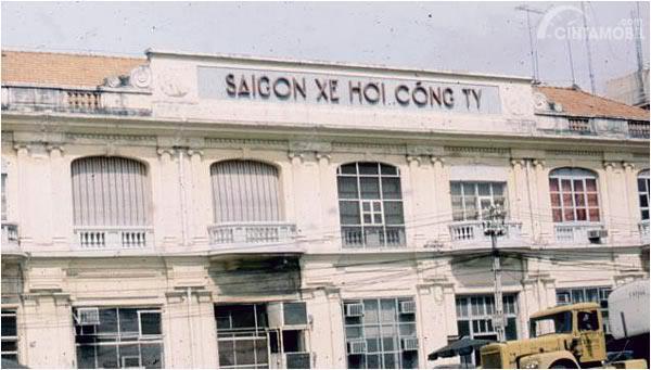gambar menunjukan sebuah perusahaan di Saigon Vietnam pada masa yang lalu