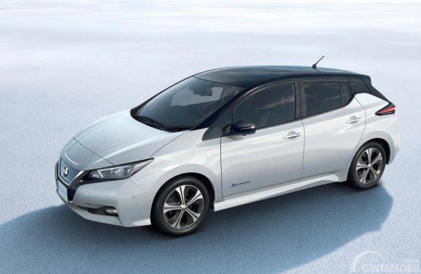 Foto Nissan Leaf tampak dari samping depan
