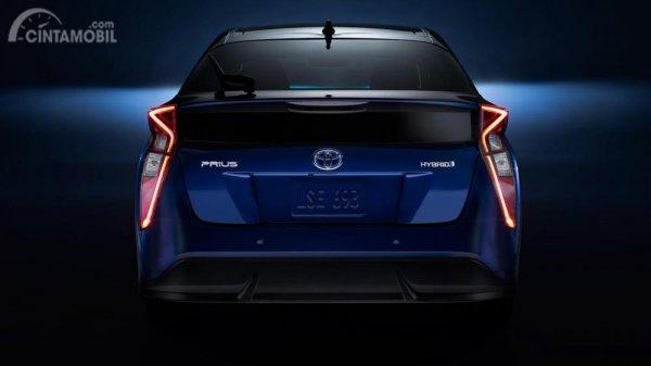 Foto bagian belakang Toyota Prius, tampak keren