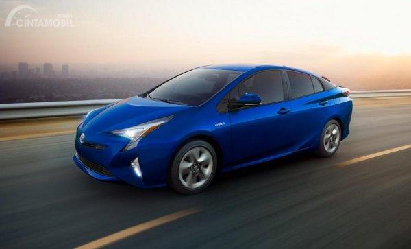 Foto Toyota Prius warna biru tampak dari samping depan