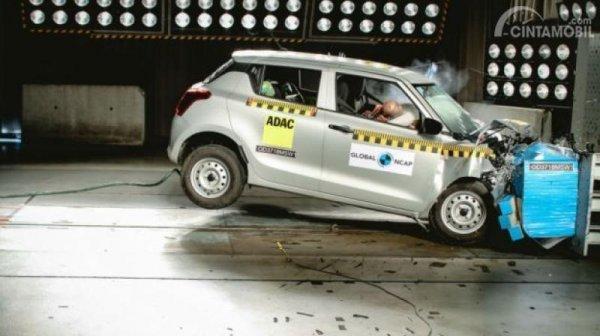 Gambar yang menunjukan uji tabrakan Suzuki Swift dari NCAP