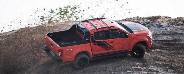 Eksterior  Samping Chevrolet Colorado High Country Storm 2019 dihias apik dengan ban berukuran 265/60 R18