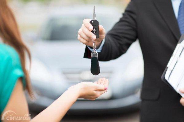Menyerahkan kunci mobil sewaan