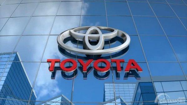 Foto logo Toyota di kantor Toyota pusat
