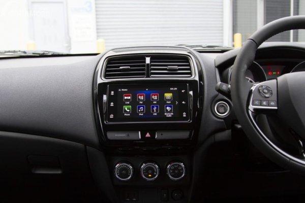 Gambar yang menunjukan bagian dasbor dan kemudi Mitsubishi Outlander Sport 2019
