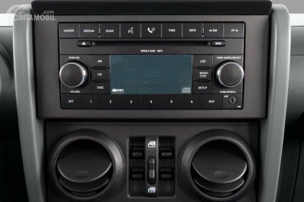 Fitur Hiburan Jeep Wrangler JK 2007 tampil menarik dengan sistem audio yang siap menghibur Anda