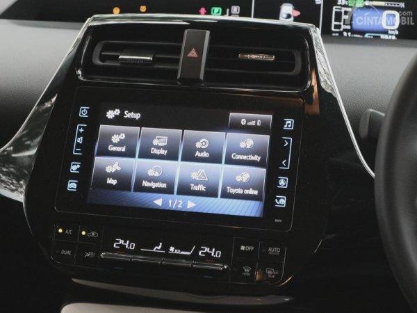 Fitur Hiburan TOyota Prius PHV 2018