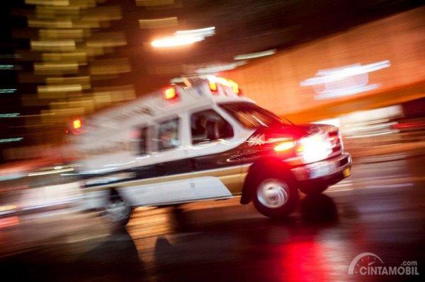 Gambar yang menunjukan ambulans yang sedang melaju pada kecepatan tinggi