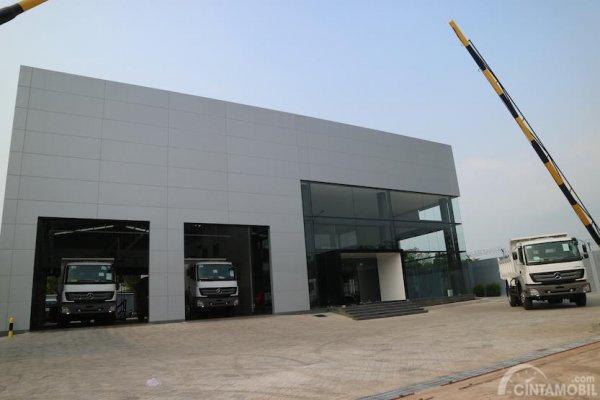 Gambar yang menunjukan showroom Mercedes-Benz dari luar