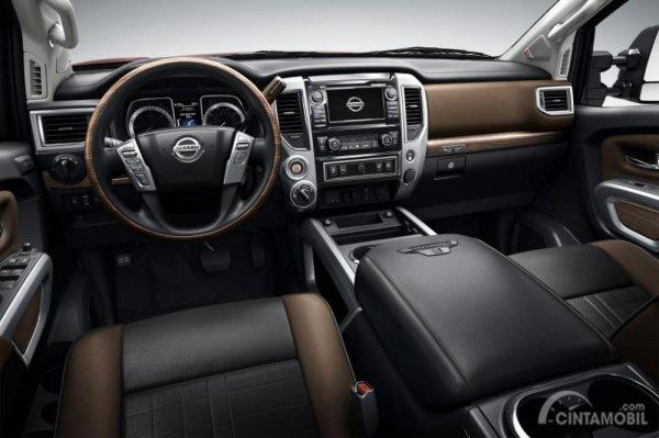 Setir Nissan Titan XD Pro 4X 2019 dibalut dengan material kulit berkualitas sehingga memberikan kenyamanan lebih bagi pengendara