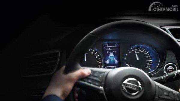 gambar menunjukkan fitur adaptive cruise control pada Nissan Qashqai 2019