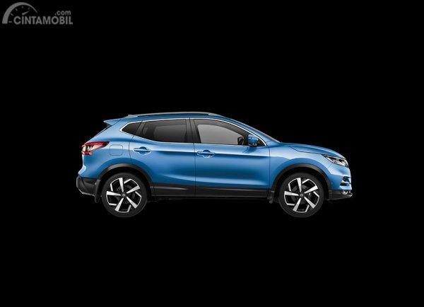 Tampak samping mobil Nissan Qashqai 2019 berwarna biru