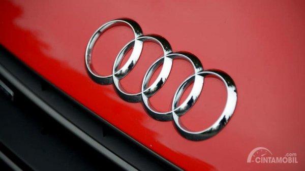 Gambar yang menunjukan Audi pada mobil