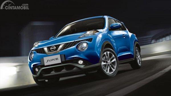 Foto Nissan Juke tampak dari samping depan