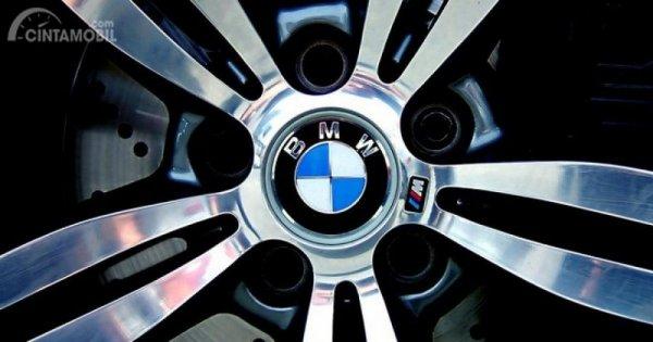 Gambar yang menunjukan logo perusahaan BMW