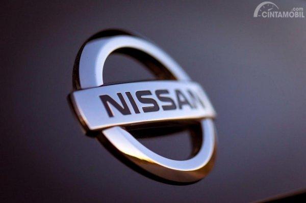 Gambar yang menunjukan logo perusahaan Nissan