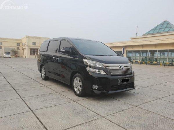 Gambar yang menunjukan mobil lawas Toyota Vellfire