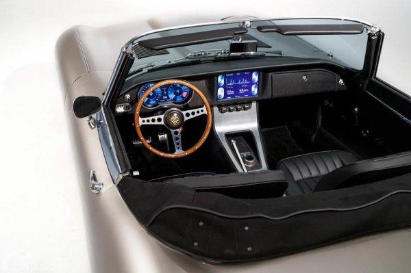 Review Jaguar E-Type Zero 2018 : desain interior mobil Jaguar E-Type Zero 2018 dengan desain cukup sederhana dan kelihatananya bagus sekali