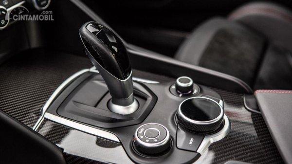 Fitur hiburan Alfa Romeo Giulia 2019 juga menghadirkan desain elegan terutama pada sisi Console tengah yang dilapis aksen krom mengilap