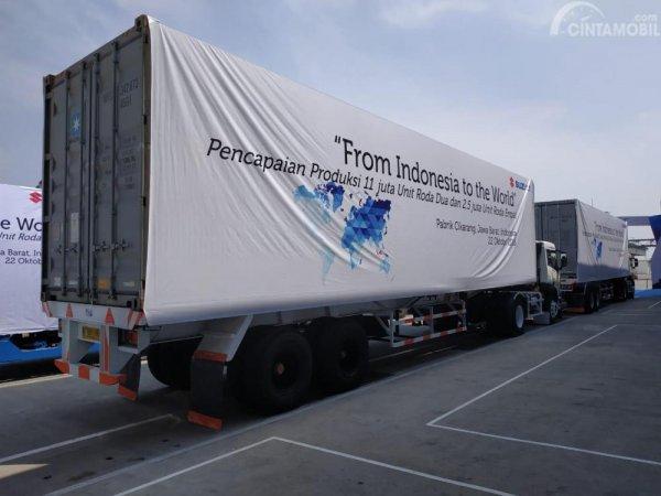 gambar menunjukan truk dengan slogan from Indonesia to the world