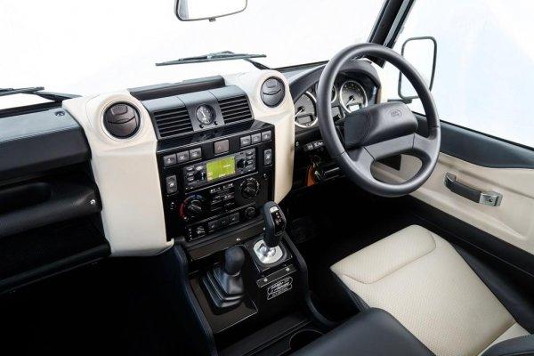 Ruang dashboard Land Rover Defender Works V8 2018