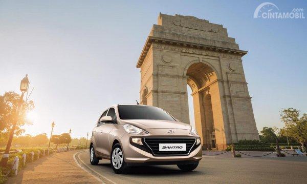 Hyundai Santro 2019 India berwarna coklat dilihat dari sisi depan