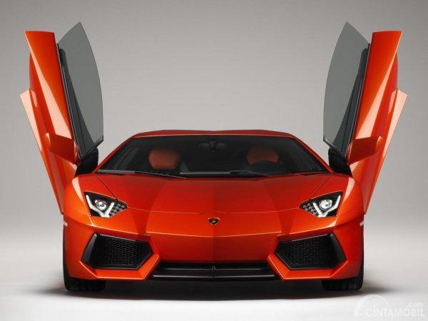 Supercar Lamborghini Aventador dengan pintu bergaya kupu-kupu
