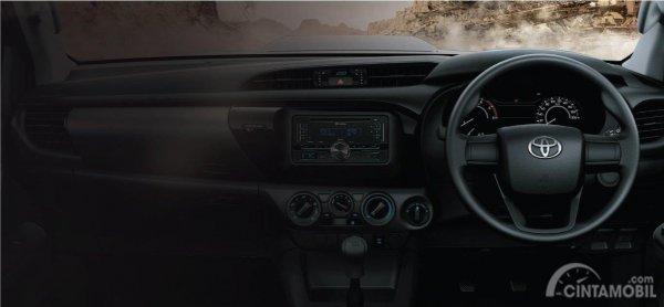 Gambar yang menunjukan tampilan dasbor dan kemudi Toyota All New Hilux C-Cab 2017
