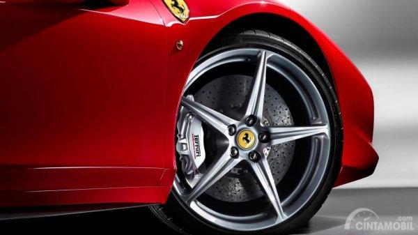 Foto wallpaper Ferrari dari sudut samping depan